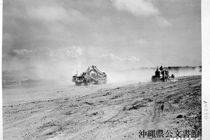 嘉手納飛行場にて、B29の滑走路を建設する工兵航空大隊隊員。