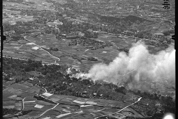 空爆と艦砲射撃による火災の様子。
