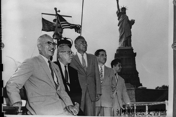 土地問題解決のために渡米した桑江朝幸氏(右から2人目)。