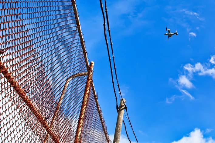 米軍基地の内と外とを隔てるフェンス。