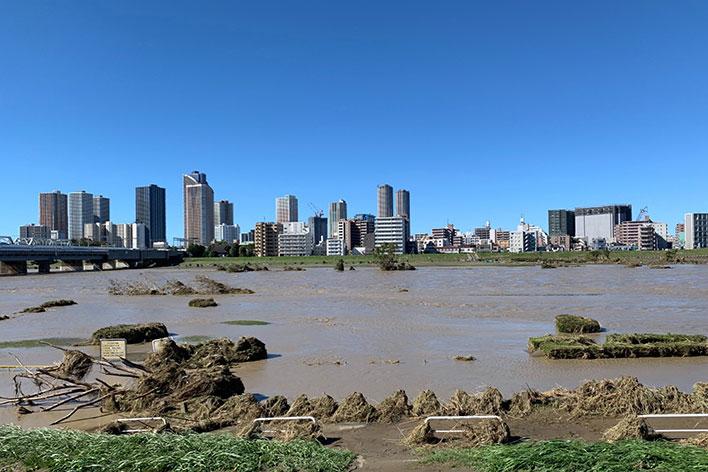 台風後の河川の様子。一部の住宅やマンションが浸水被害に。